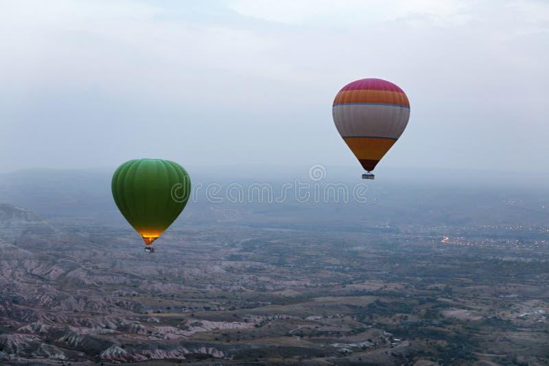 Ballooning στη φύση Μπαλόνια ζεστού αέρα που πετούν επάνω από την κοιλάδα στοκ εικόνα