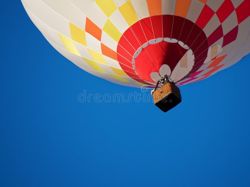 Ballooning in de avond zon en de blauwe hemel stock afbeelding