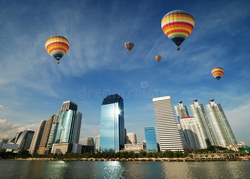 Ballooning over de stad stock afbeeldingen