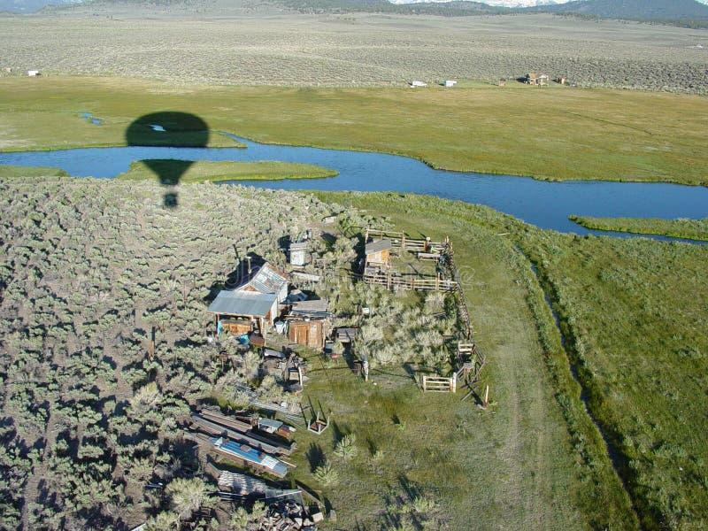 Ballooning Sobre A Casa De Rancho No Mammoth Imagem de Stock Royalty Free