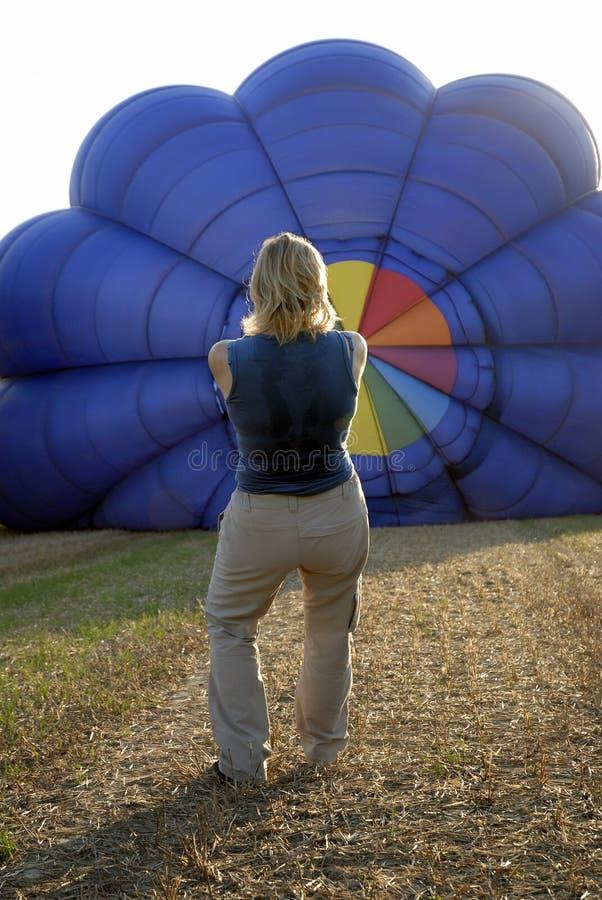 Balloonist, der Ballon aufbläst stockbilder