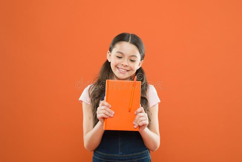Ballot mignon Livre de prise d'enfant Concept de librairie Litt?rature int?ressante d?veloppement et ?ducation Garde d'enfants et photos libres de droits