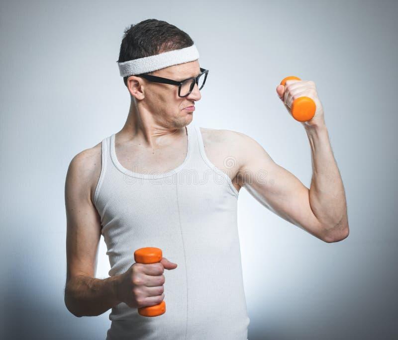 Ballot soulevant son biceps image stock