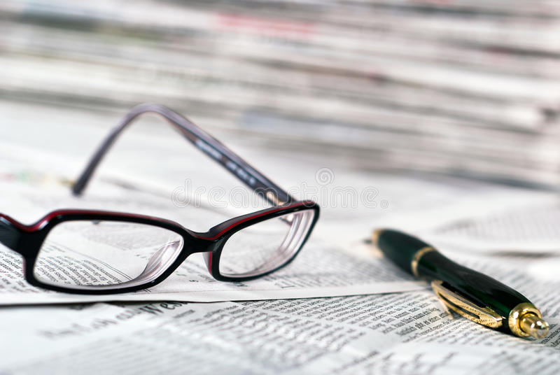 ballpoint ανάγνωση πεννών γυαλιών στοκ φωτογραφία με δικαίωμα ελεύθερης χρήσης