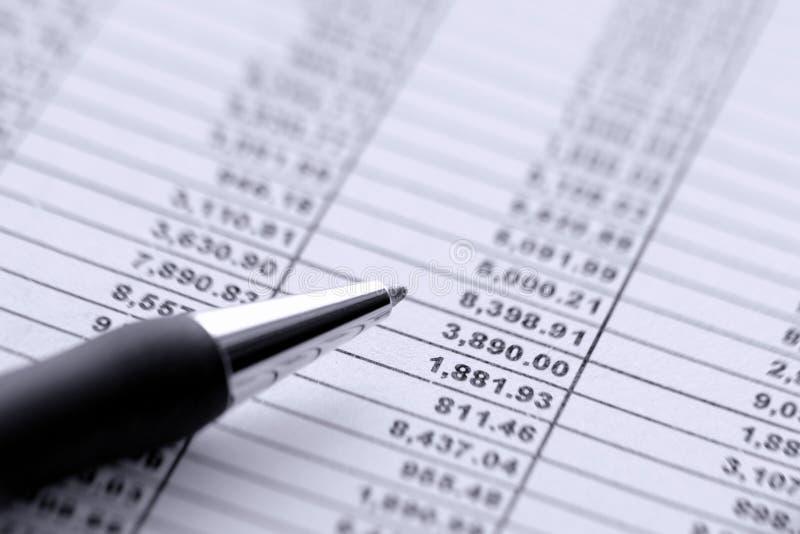 Ballpoint-Feder auf Finanzkalkulationstabelle stockbilder