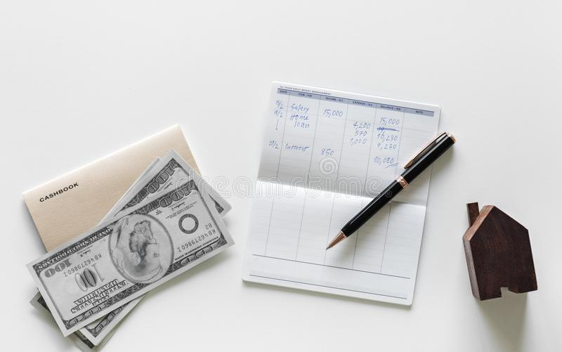 Ballpoint Pen op de bovenkant van het witte printerpapier naast 100 U s Dollar Bill royalty-vrije stock foto