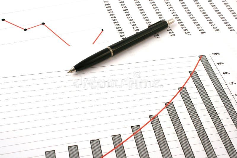 Ballpointfeder auf Einkommendiagrammen lizenzfreies stockbild