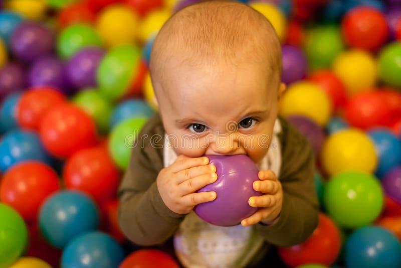 Ballprobieren des kleinen Jungen stockbilder