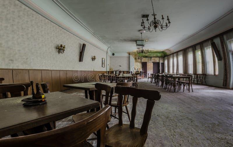 Ballsaal in verlassenem Gästehaus stockbild