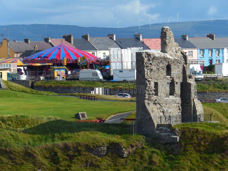 Ballybunions-Schlossruinen und Gemeinde, Irland stockfoto