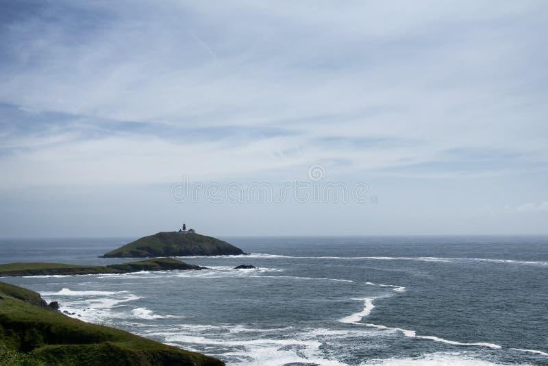 Ballycotton wyspa otaczająca gniewnymi falami fotografia royalty free