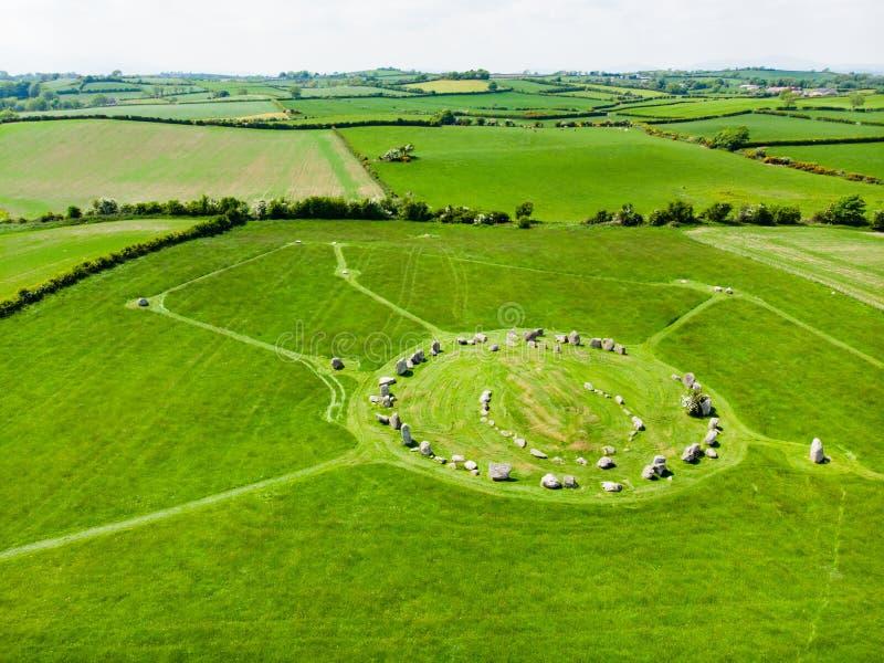 Ballynoe domarring, en förhistorisk bronsåldernjordfästningkulle som ner omges av en rund struktur av stående stenar, län, royaltyfri fotografi