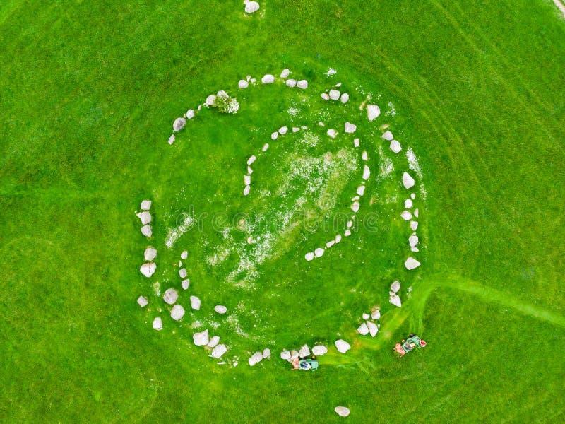 Ballynoe domarring, en förhistorisk bronsåldernjordfästningkulle som ner omges av en rund struktur av stående stenar, län, arkivbilder