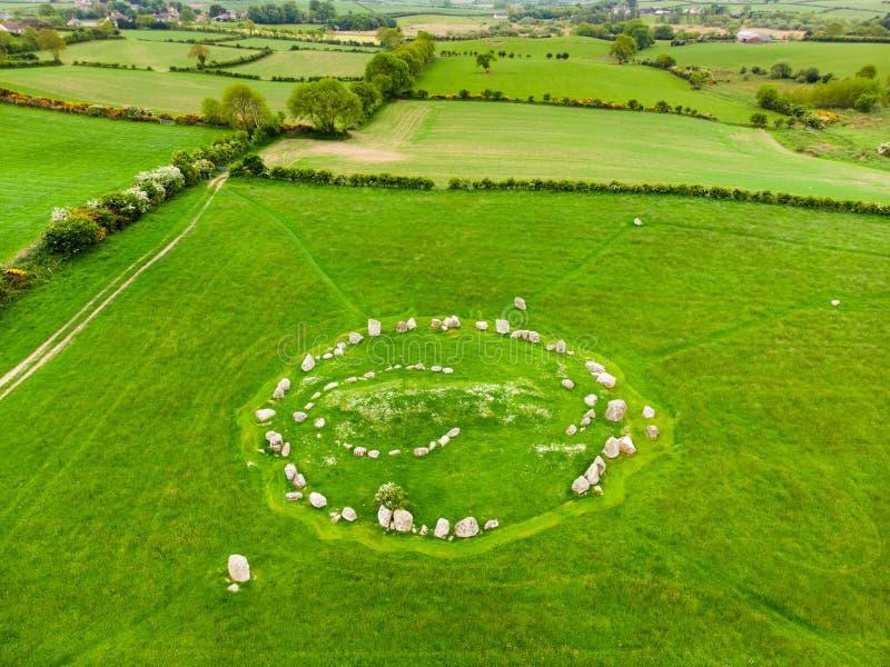 Ballynoe domarring, en förhistorisk bronsåldernjordfästningkulle som ner omges av en rund struktur av stående stenar, län, royaltyfria bilder