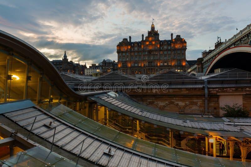 Balmoral гостиницы осмотренный над станцией Waverly в Эдинбурге стоковые изображения rf