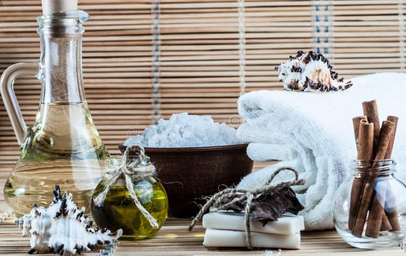 Balneario, aceite, canela, jabón hecho a mano foto de archivo