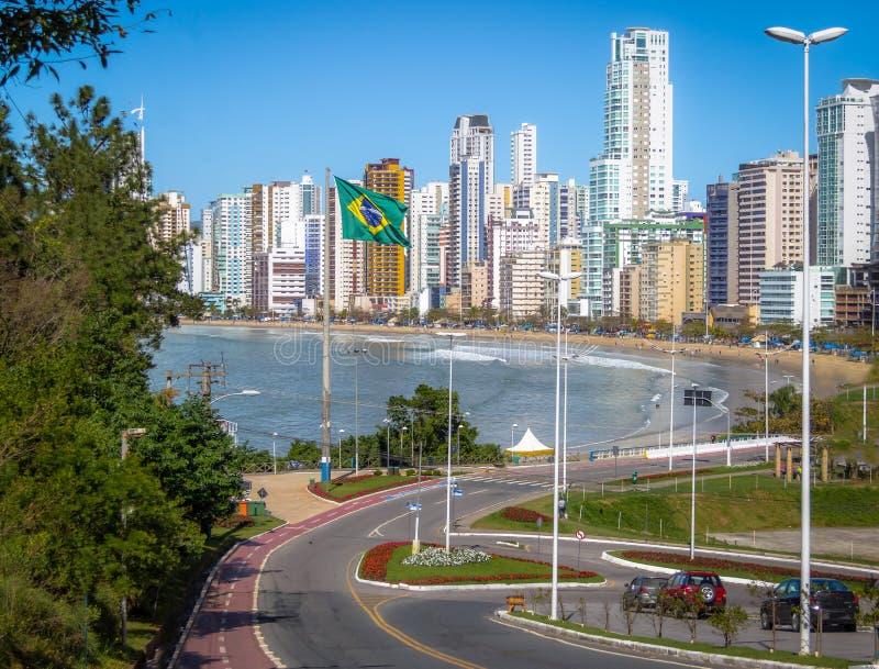 Balneario Camboriu市和巴西旗子- Balneario Camboriu,圣卡塔琳娜州,巴西 库存照片
