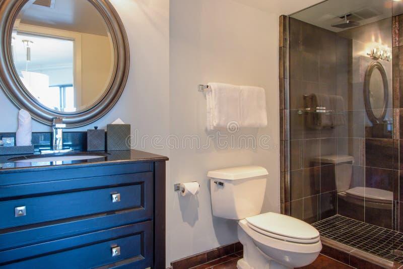Balneario del cuarto de baño de la mansión del hotel turístico imágenes de archivo libres de regalías
