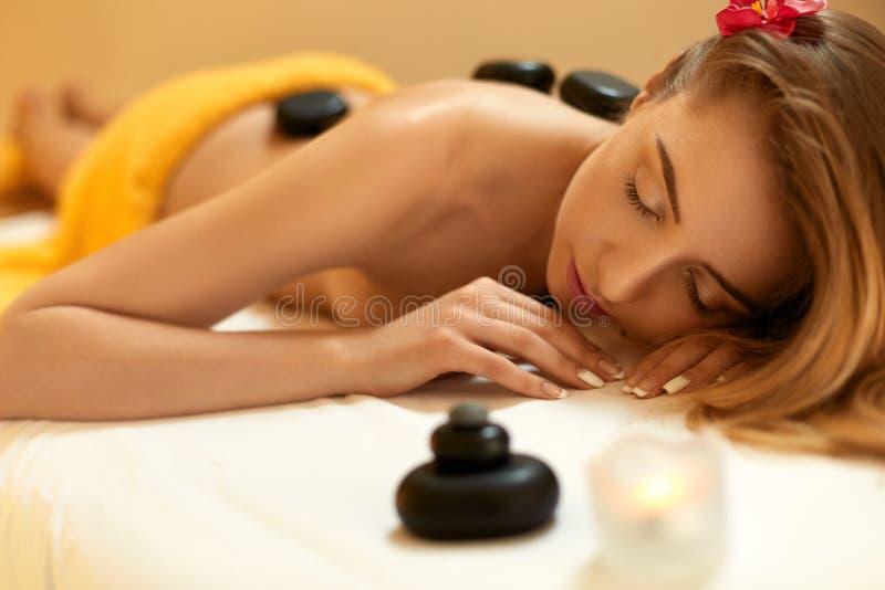 Balneario - 7 El Blonde hermoso consigue el masaje de piedra Salud Co imagen de archivo libre de regalías
