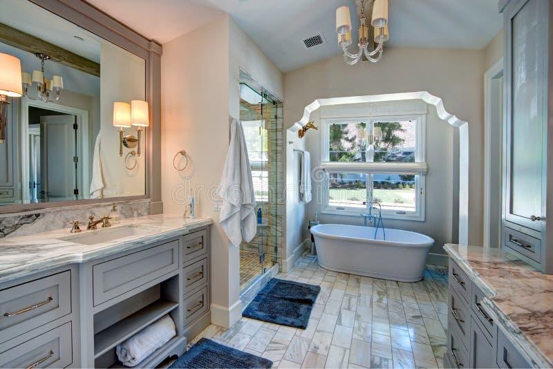 Balneario lujoso del cuarto de baño de la mansión del centro turístico imagen de archivo