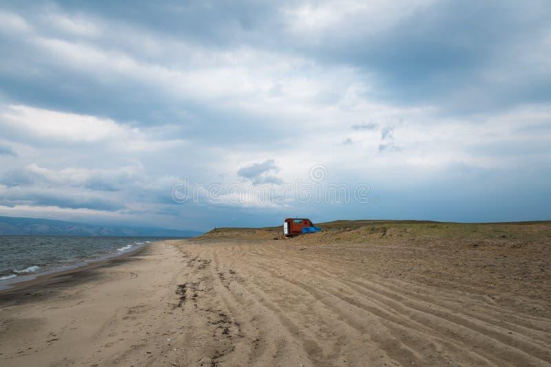 Balneario móvil en la línea de la playa del lago Baikal en Siberia imagenes de archivo