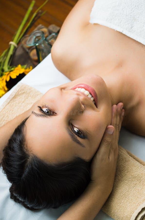 Balneario modelo moreno hispánico del masaje que consigue fotografía de archivo