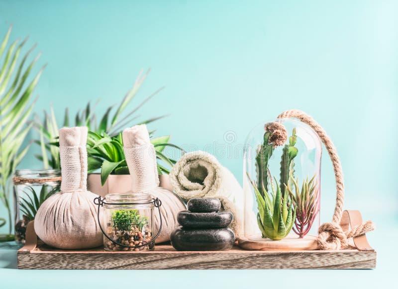 Balneario moderno, salud y concepto del cuidado del cuerpo Equipo del masaje: toallas rodadas, bolas de la compresa, pila de pied fotografía de archivo libre de regalías
