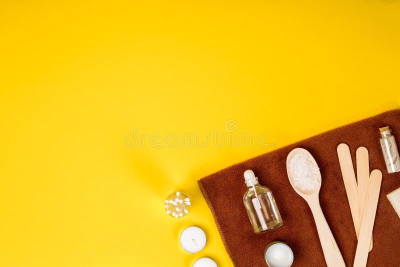 Balneario o ajuste de la salud en los colores blancos Las botellas con el aroma esencial engrasan, las toallas, sal del mar en fo fotos de archivo