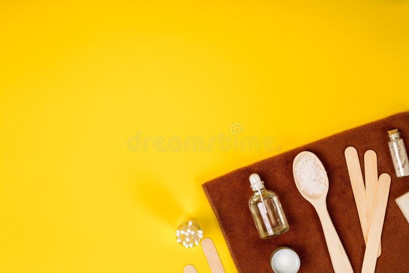 Balneario o ajuste de la salud en los colores blancos Las botellas con el aroma esencial engrasan, las toallas, sal del mar en fo imagen de archivo libre de regalías