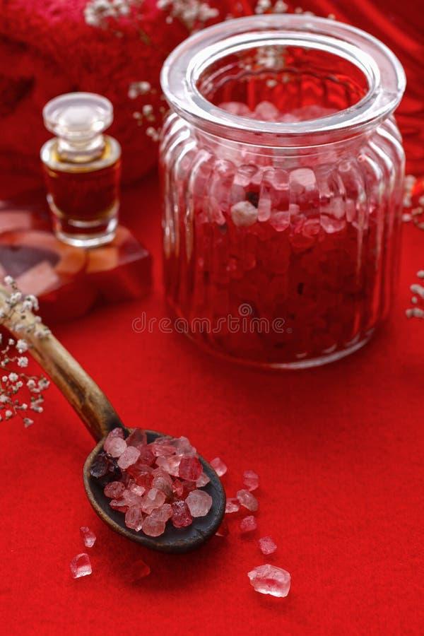 Balneario rojo fijado: tarro de sal del mar, barra del jabón y botella de essentia fotos de archivo libres de regalías