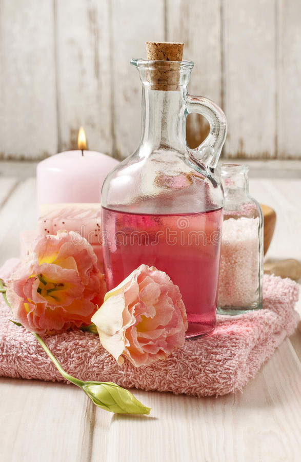 Balneario rosado fijado: jabón líquido, vela perfumada, toalla y mar color de rosa sa fotos de archivo libres de regalías