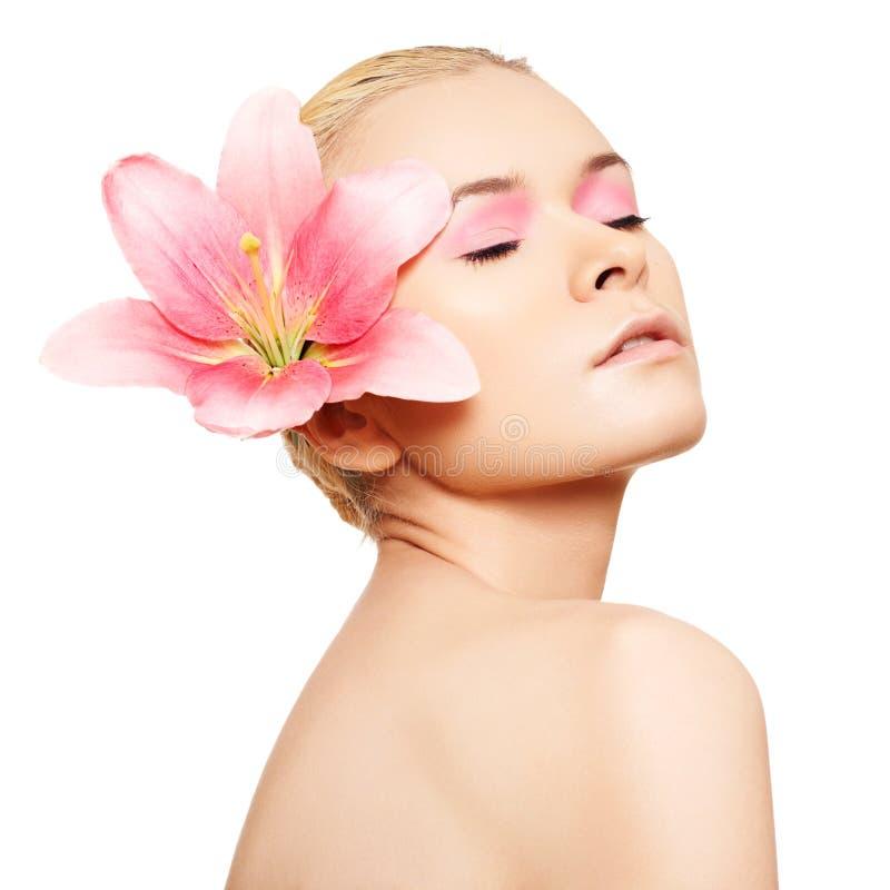 Balneario, salud, cuidado de piel. Belleza con maquillaje rosado fotos de archivo