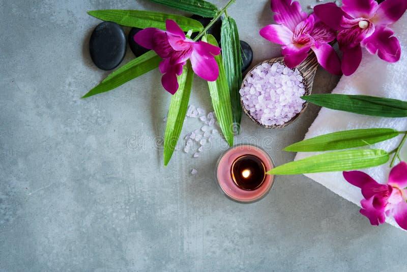 BALNEARIO tailandés Vista superior de las piedras calientes que fijan para el tratamiento del masaje y relajarse con la orquídea  foto de archivo libre de regalías