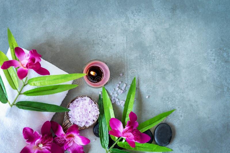 BALNEARIO tailandés Vista superior de las piedras calientes que fijan para el tratamiento del masaje y relajarse con la orquídea  imagen de archivo