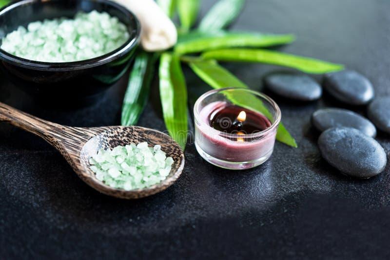 BALNEARIO tailand?s Piedras calientes que fijan para el tratamiento del masaje y relajarse en la pizarra con el espacio de la cop imagenes de archivo