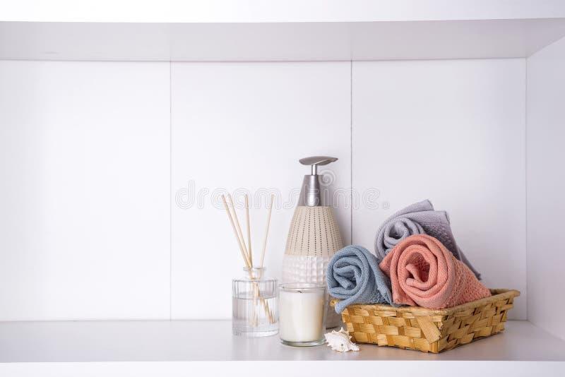 Balneario y ajuste de la salud con las toallas Productos de la naturaleza de Dayspa imagenes de archivo