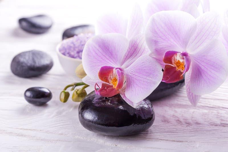 Balneario y baño con las orquídeas fotografía de archivo