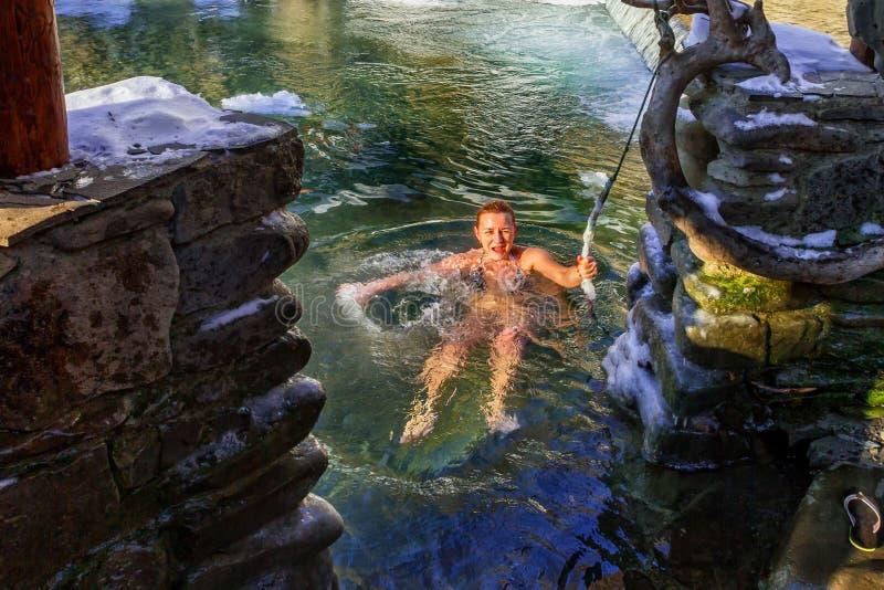 Balneology die - in gietijzervaten baden met mineraalwatercontai royalty-vrije stock afbeelding