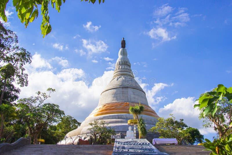 Balomma de Phra que Chedi Si Phu Pha Sung Phra That Chom Pha Phupha Sung Forest Temple Provincia de Nakhon Ratchasima, Tailandia imagen de archivo libre de regalías
