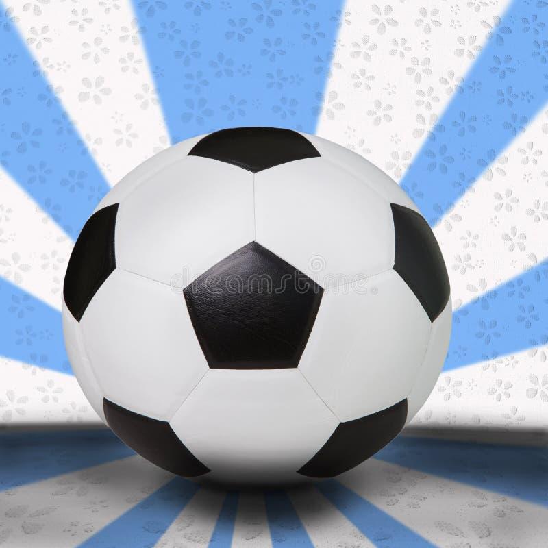 Balompié del fútbol en fondo azul claro fotografía de archivo libre de regalías