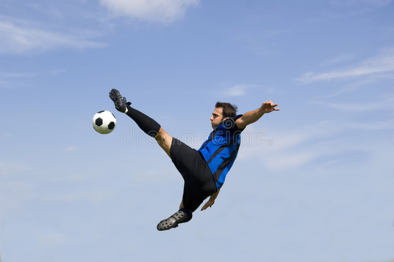 Balompié - voleo del jugador de fútbol fotografía de archivo libre de regalías