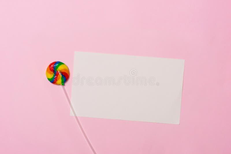 balon kiście kalendarza pojęcia daty urodzin gospodarstwa, miniatura człowieka szczęśliwa pozycję Odgórnego widoku różnorodni sło zdjęcie stock