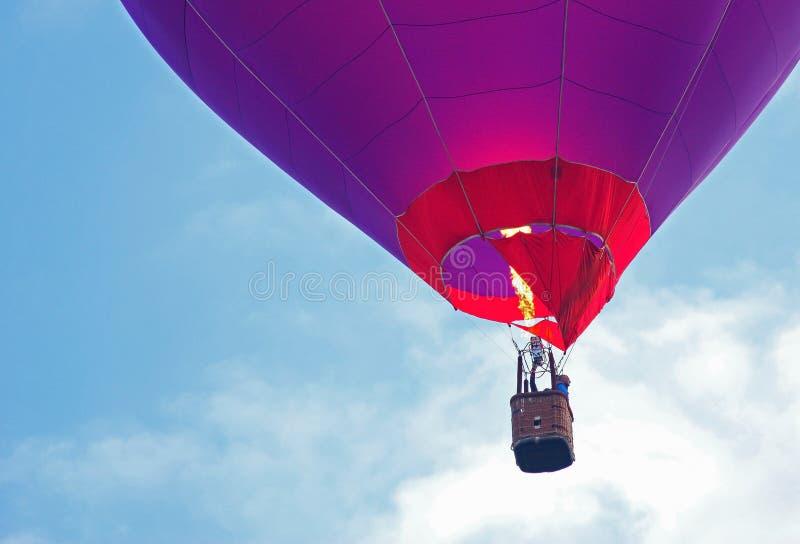 balon powietrza bealton latający cyrk gorąco show photgrphed va płomienie z bliska obraz stock