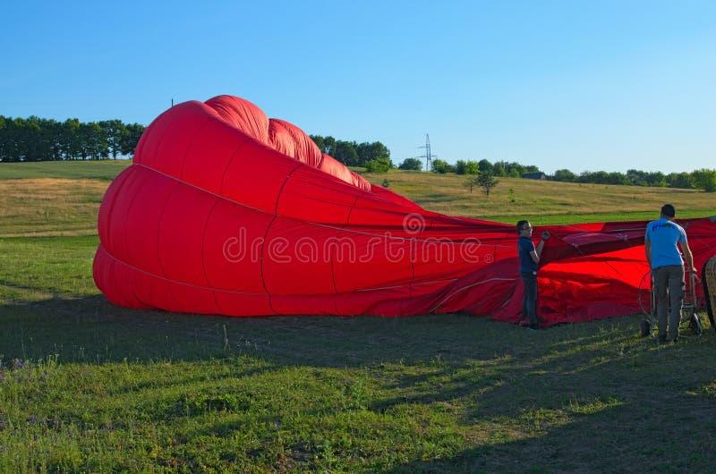 Balon z koszem kłama na ziemi, wyposażenie dla wypełniać balon z zimnem i gorącym powietrzem fotografia stock