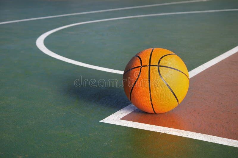 Baloncesto anaranjado en corte en piso de la competencia de deporte del gimnasio foto de archivo libre de regalías