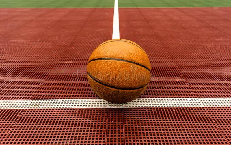 Baloncesto con la corte imagen de archivo libre de regalías