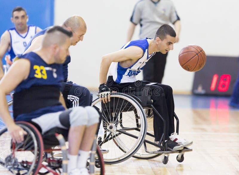 Baloncesto en las sillas de ruedas para los jugadores físicamente discapacitados fotos de archivo