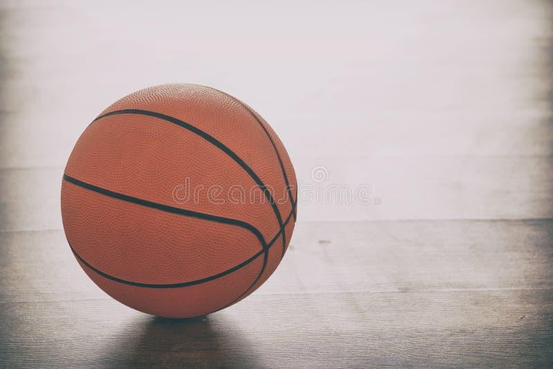 Baloncesto en piso de madera imagen de archivo libre de regalías