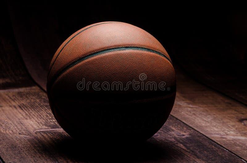Baloncesto en piso del gimnasio fotos de archivo