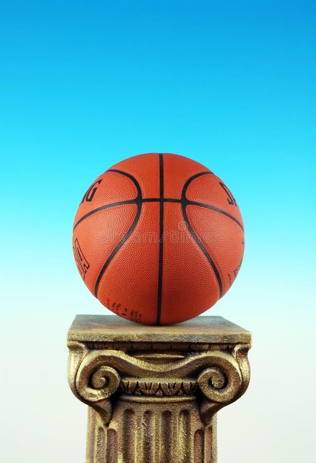 Baloncesto en zócalo de la columna, símbolo del triunfo y ganadores foto de archivo